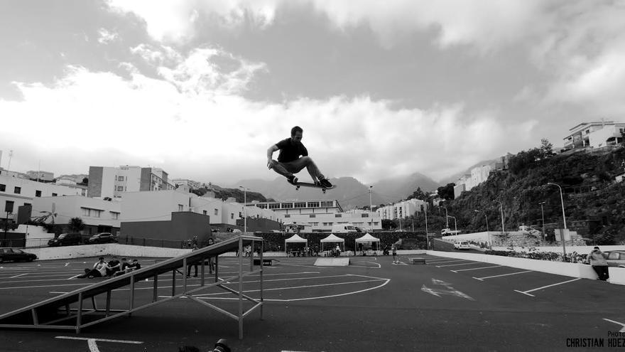 En la imagen, el skater Ibán Martín en un salto con su tabla.