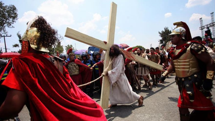 Enormes cruces llenan las calles durante el Viacrucis de Iztapalapa