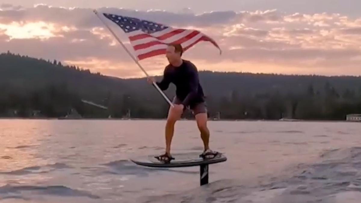 Mark Zuckerberg monta en una tabla de surf con hidroala para celebrar el 4 de julio, Día de la Independencia de EEUU.