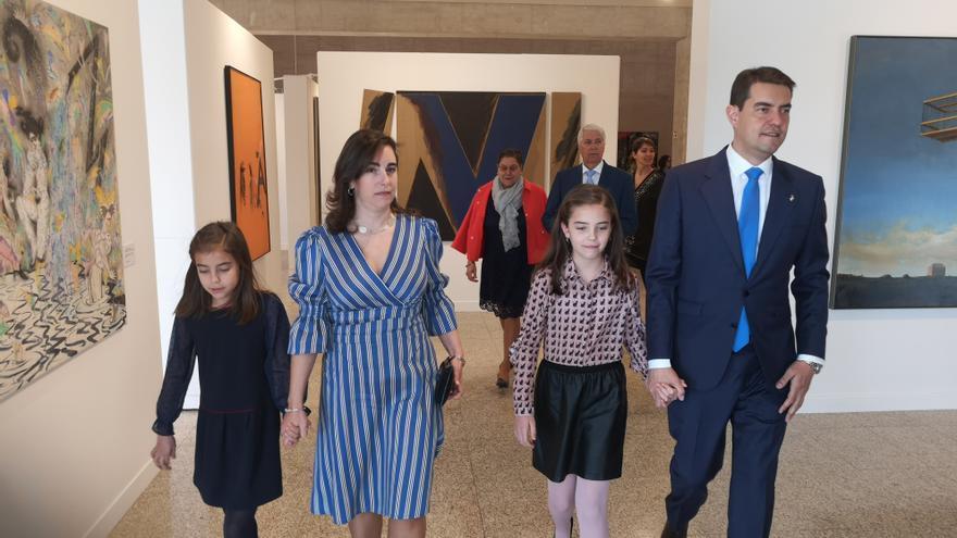 Ángel Ibáñez, acompañado por su familia, a su llegada a las Cortes.