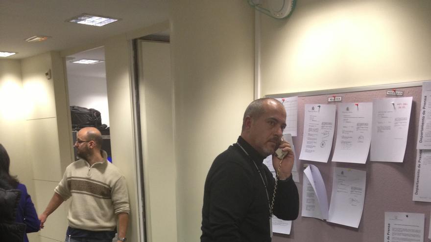 Productores de televisión hablando por teléfono fijo por el bloqueo de las comunicaciones durante la presencia de Draghi en el Congreso.