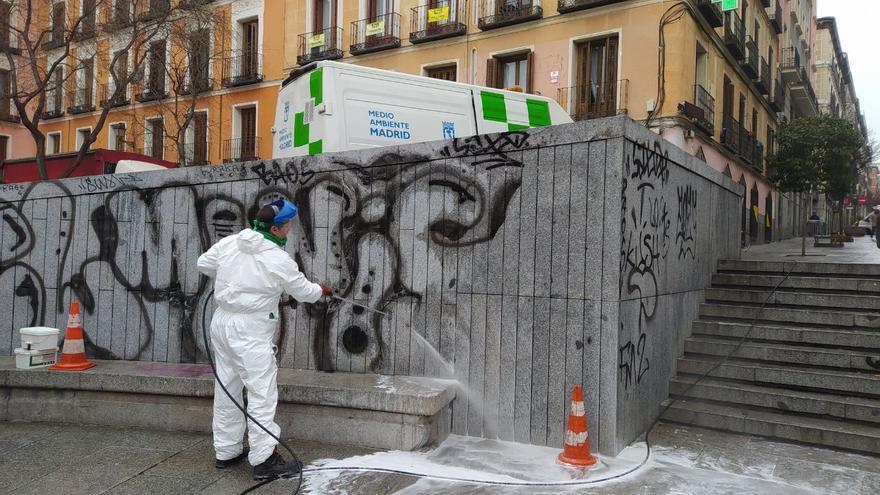 Limpieza de pintadas en la Plaza del Dos de Mayo. / SPM