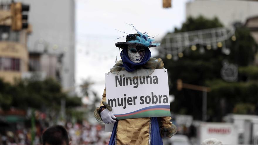 Activistas participan en una manifestación con motivo del Día Internacional de la Erradicación de la Violencia contra las Mujeres, el viernes 24 de noviembre de 2017, en San José (Costa Rica).  EFE/Jeffrey Arguedas