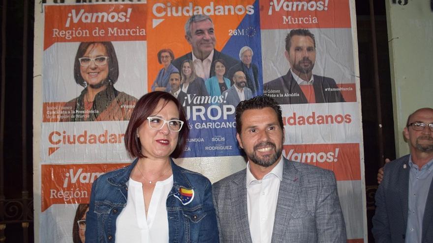 La vicepresidenta de Murcia, Isabel Franco, junto al concejal del Ayuntamiento de Murcia de Cs, Mario Gómez, durante la campaña electoral