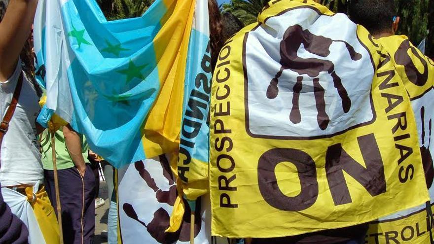 Diversas pancartas y banderas en contra de las prospecciones en el 22-M.