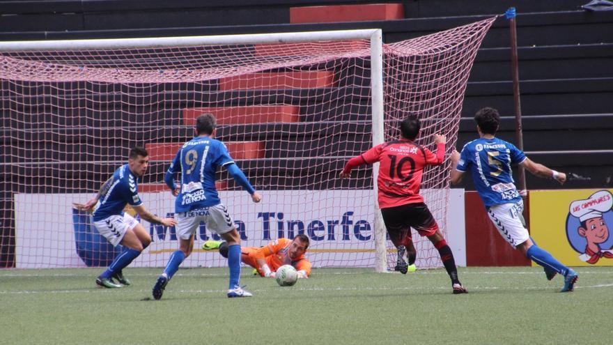 Llegada del balón a la portería en el partido de este domingo. Foto: JOSÉ AYUT.