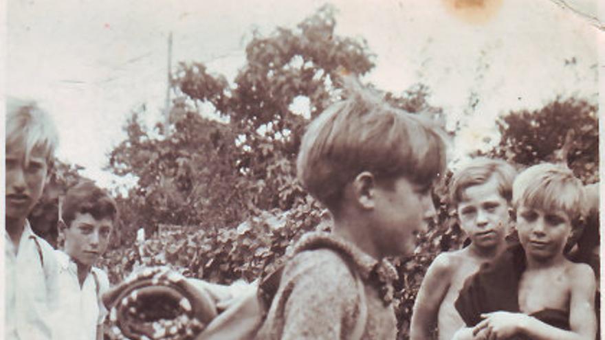 Pedro Morán (con la mochila) durante su estancia en la escuela de Freinet. | MCEP