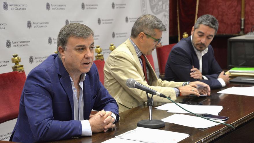 Los concejales encargados, Francisco Fuentes (primero izquierda) y Manuel Olivares (último a la derecha) tienen dos meses y medio para evitar la pérdida de esta inversión europea