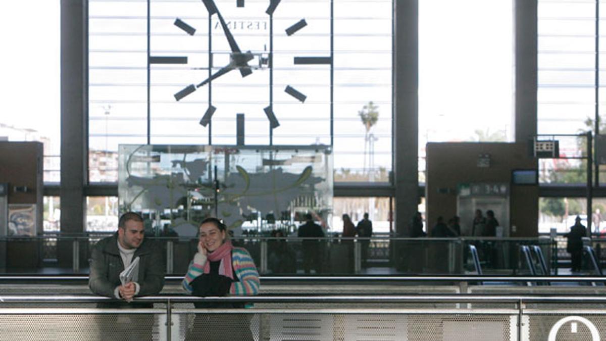 Imagen de archivo de dos pasajeros en la Estación de Trenes de Córdoba.