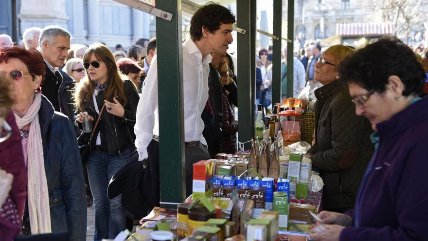 El diputado general de Bizkaia muestra su apoyo al primer sector en la Feria de Santo Tomás