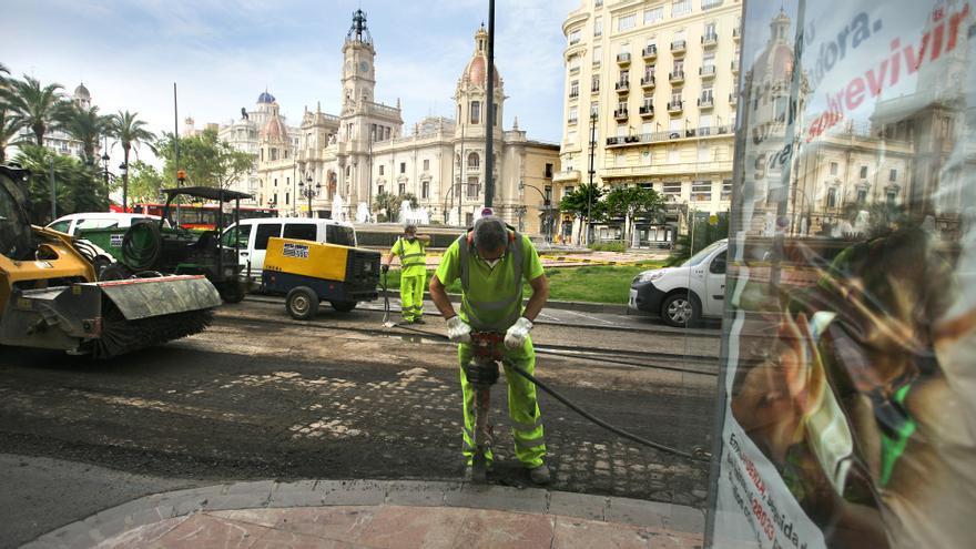 Un operario durante las obras de la plaza del Ayuntamiento