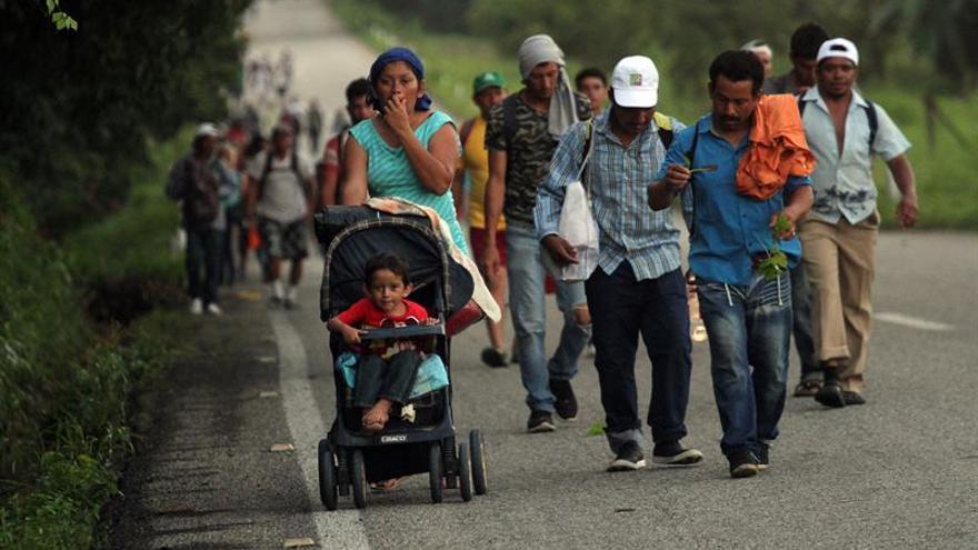 Miembros de nueva caravana migrante comienzan a ingresar a México en balsas