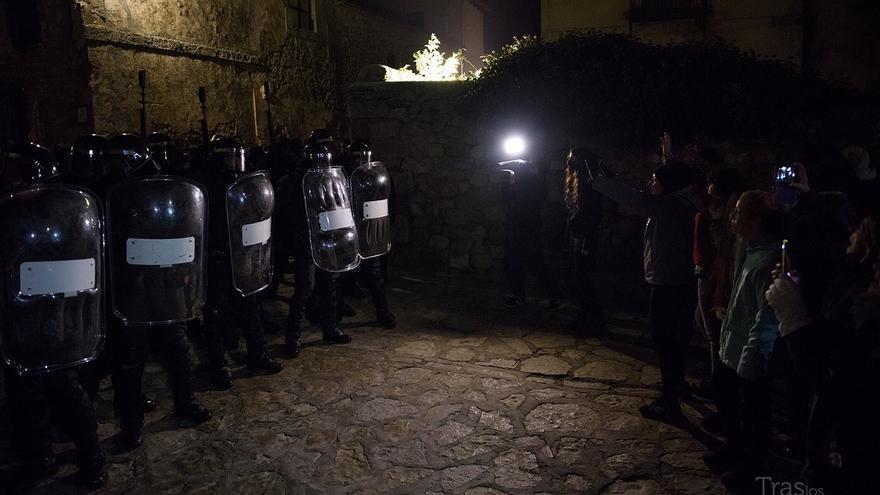 Antidisturbios en Medinaceli frente a activistas pacíficos. Fotos: Traslosmuros.com