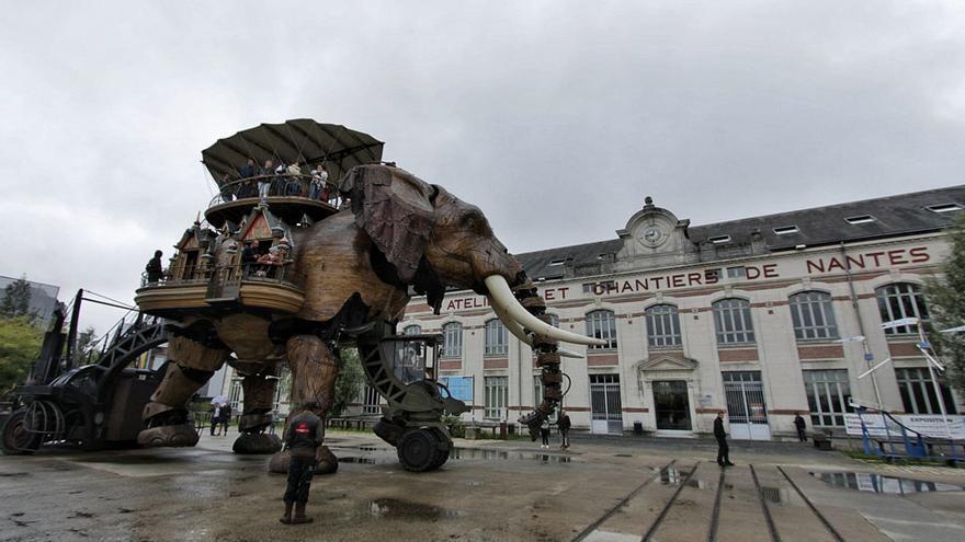 El Gran Elefante pasea frente a los antiguos astilleros.