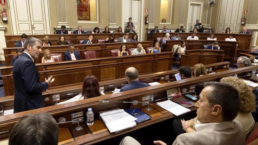 El presidente del Gobierno canario, Fernando Clavijo, este martes en el Parlamento. (EFE/Ramón de la Rocha)
