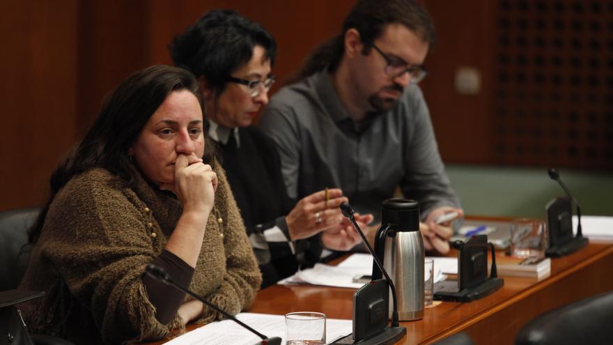 En primer plano, la diputada de Podemos en las Cortes de Aragón, Marta de Santos