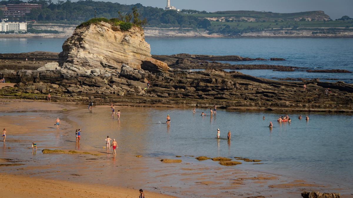 Bañistas en la playa de El Camello de Santander esta semana.