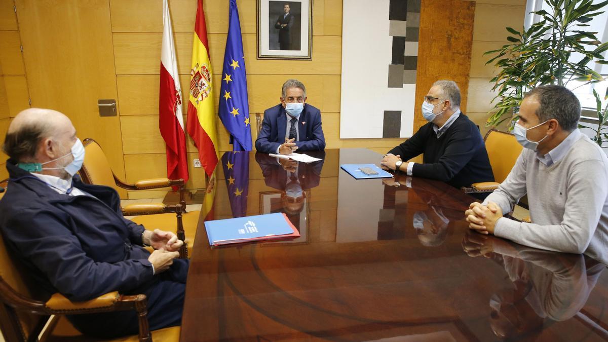 El presidente de Cantabria, Miguel Ángel Revilla, con representantes del Sindicato Médico. Imagen de archivo.