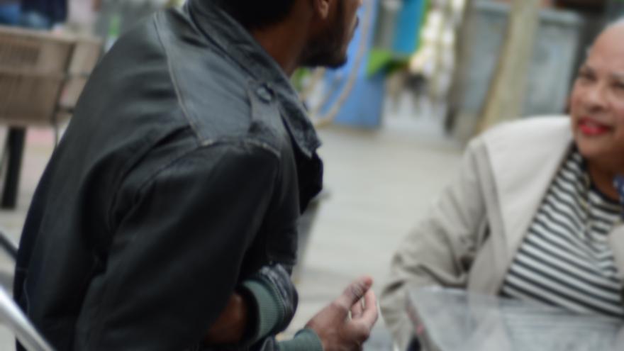 Tariq conversa con Rosalind Williams. Ambos sufreron un control discriminatorio. Ambos buscan justicia/ Alejandro Navarro Bustamante