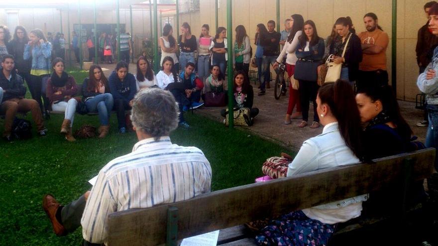 Universitarios de Badajoz paticipan en las charlas convocadas con motivo de la huelga