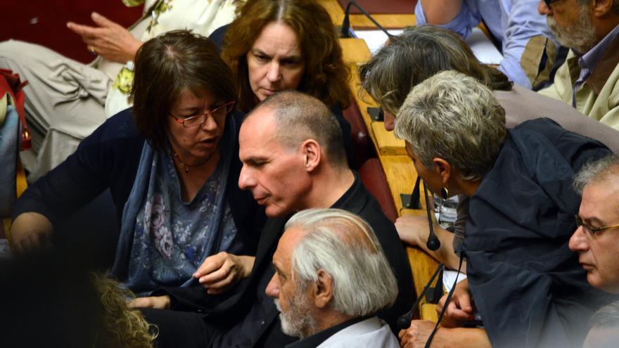Varias diputadas de Syriza hablan con el ministro Varufakis durante el pleno que aprobó la convocatoria del referéndum. George Paganakis/Zuma Press