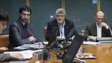 Raúl López Romo (primero por la izquierda) junto a los historiadores José María Ortiz de Orruño y José Antonio Pérez durante la presentación del informe en el Parlamento vasco.