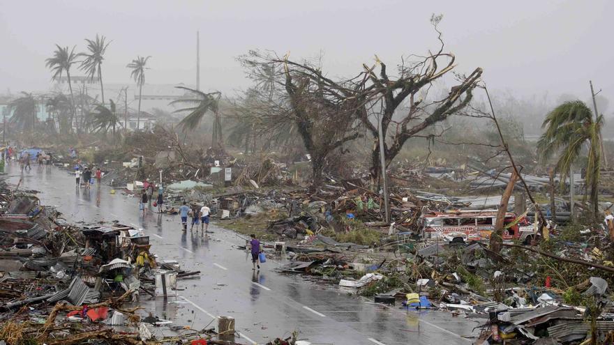Afectados por el tifón huyen de las ruinas