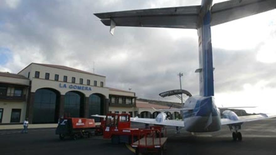 Aeronave situada en la plataforma de estacionamiento del Aeropuerto de La Gomera