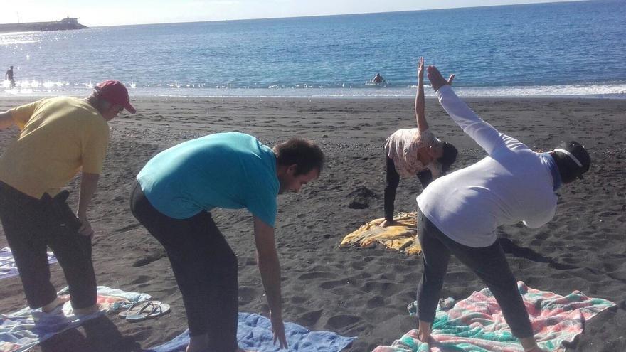 Un grupo del centro ocupacional de La Traviesa haciendo deporte en la playa.