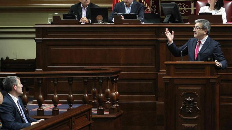 El portavoz de Nueva Canaria, Román Rodríguez, durante su intervención en la réplica al discurso del presidente del Gobierno de Canarias, Fernando Clavijo