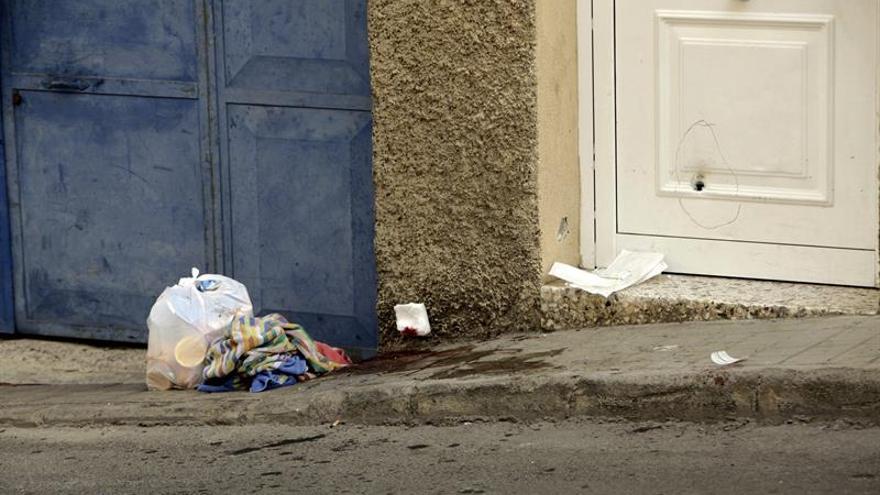Disparos en la puerta de la vivienda de la mujer. (EFE/Ángel Medina G.)