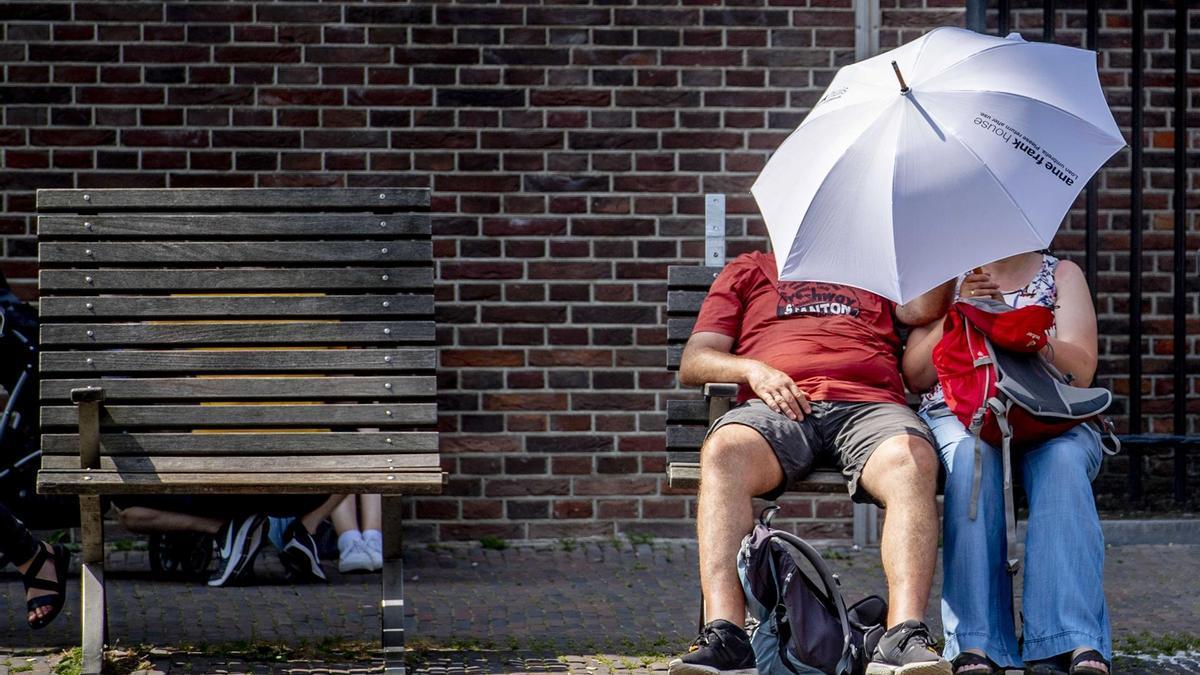 Dos personas se protegen del calor en Canadá.