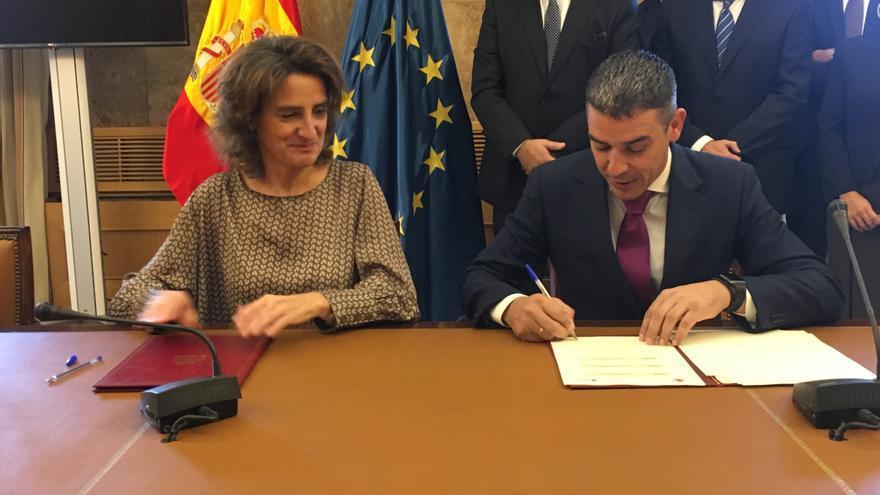 Teresa Ribera, ministra de Transición Ecológica, y Narvay Quintero, consejero de Agricultura, Ganadería, Pesca y Aguas del Gobierno de Canarias.