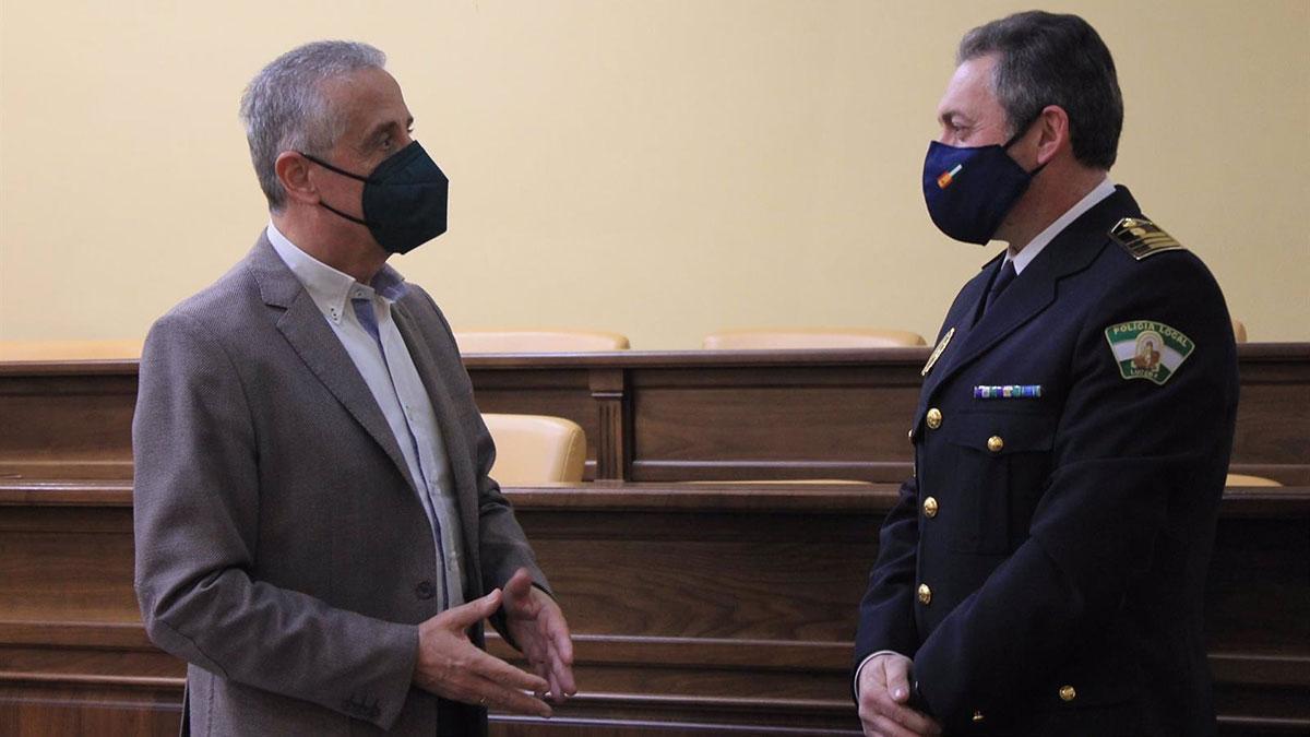 El alcalde de Lucena, Juan Pérez (izda.), y el nuevo inspector jefe de la Policía Local, José Pino.