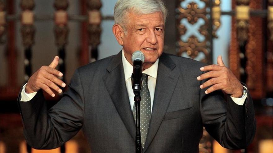 López Obrador renuncia a la seguridad, la residencia oficial y el avión