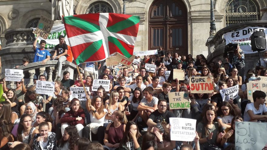 Jóvenes manifestándose frente al Ayuntamiento de Bilbao