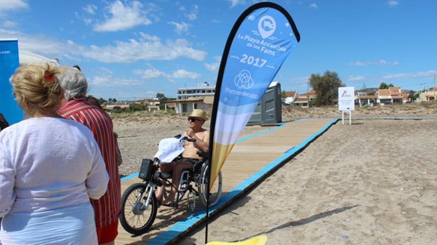 Una persona en silla de ruedas accede a la playa accesible de Almardà, en Sagunto
