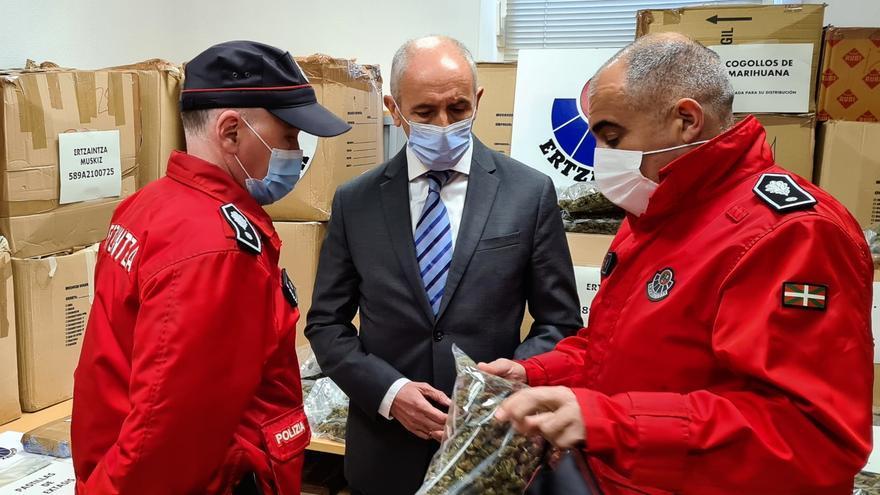 Archivo - El vicelehendakari primero y consejero de Seguridad, Josu Erkoreka, en la comisaría de Muskiz