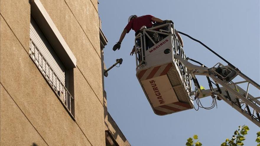 Seis heridos y más de cien desalojados por un incendio en un edificio en Girona