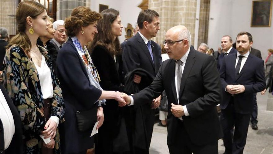 El presidente del Cabildo de Gran Canaria (2d), saluda a la hija del recientemente fallecido escultor grancanario Martín Chirino, Marta Chirino (2i.