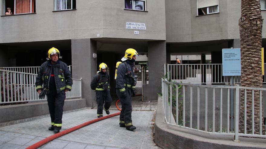 Los bomberos durante el operativo de extinción.