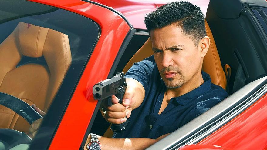 Jay Hernández en una foto promocional de 'Magnum'