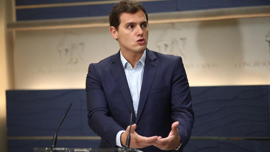 """Rivera critica la """"ambigüedad"""" de Rajoy, le insta a una posición más """"activa"""" y pide sanciones"""