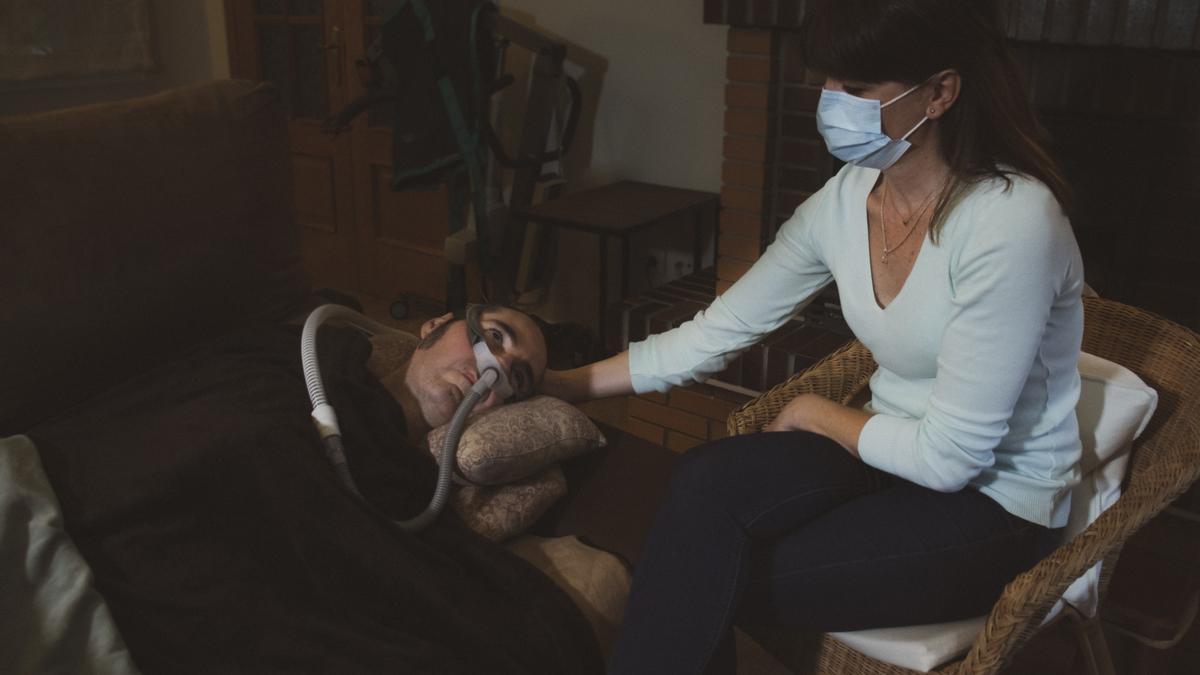Fernando, paciente de ELA desde hace 16 años y solicitante de eutanasia, junto a su mujer y cuidadora Carolina