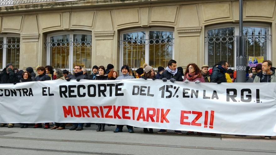 Sindicatos y colectivos se concentran frente al Parlamento para reclamar la subida del SMI en prestaciones de Lanbide