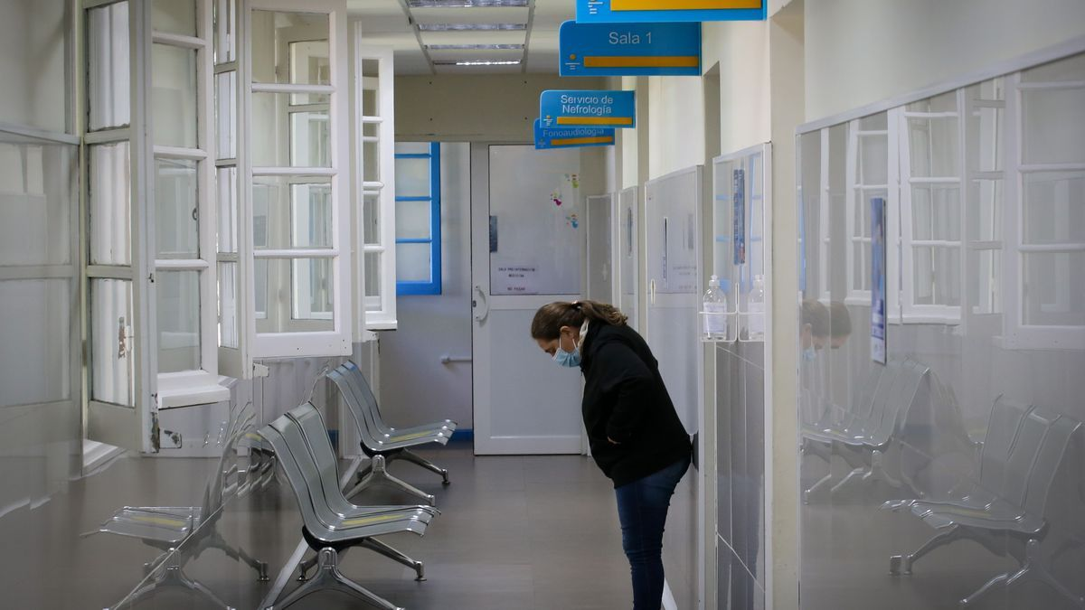 Una mujer espera en un pasillo del área de Cuidados Intermedios del Hospital Público de Rivera, en Rivera (Uruguay). EFE/Raúl Martínez/Archivo