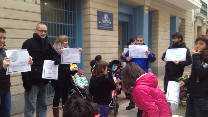 Padres y niños de la Ikastola Garazi, de Legutio, protestan frente a la delegación de Educación en Vitoria.