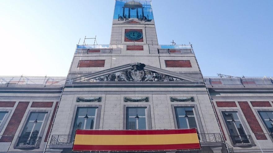 """Cifuentes despliega en la fachada de la Real Casa de Correos una bandera gigante de España por la """"unidad"""""""