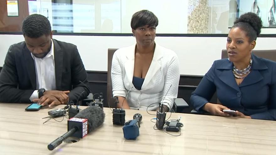 Crystal Mason, en el centro, junto a su abogada, Clark Birdsall, durante una rueda de prensa celebrada en abril de 2018.