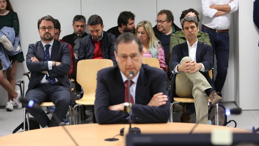 Asier Antona, a la izquierda, y Enrique Hernández Bento, a la derecha, escuchan la declaración de Felipe Afonso. (ALEJANDRO RAMOS)